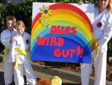 Karate-Kinder unter dem Zeichen des Regenbogens