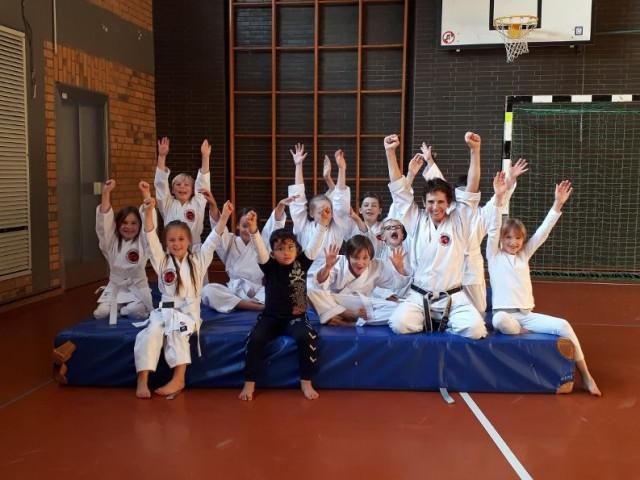 Kindergruppe beim Karatetraining